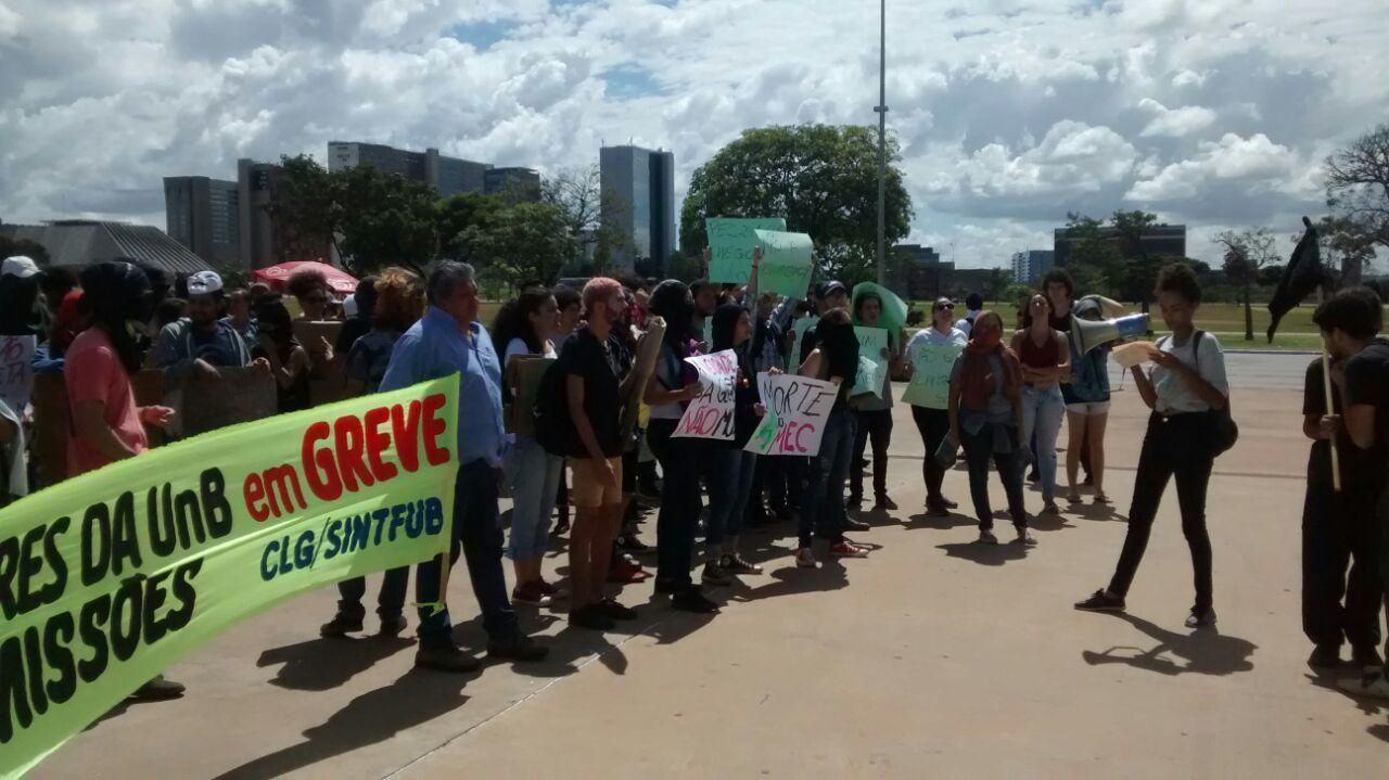 PM AGRIDE MANIFESTANTES DA UnB